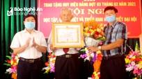 Phó Bí thư Thường trực Tỉnh ủy trao Huy hiệu 75 tuổi Đảng cho đảng viên ở Quỳnh Lưu