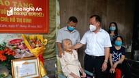 Nữ đảng viên ở thành phố Vinh nhận Huy hiệu 75 tuổi Đảng