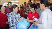 Trao 200 suất quà cứu trợ cho bà con vùng ngập lụt huyện Anh Sơn