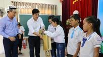 """Trao 12 suất học bổng """"Tiếp sức đến trường"""" cho học sinh nghèo Hưng Nguyên và Nghi Lộc"""