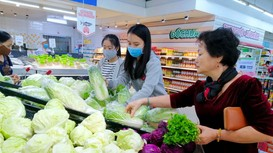 Vì sao rau ngoài đồng rẻ như cho, trong chợ và siêu thị vẫn bán giá cao?