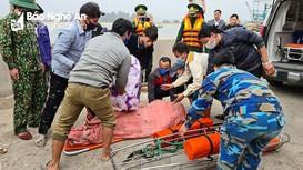 Đang khai thác hải sản, tàu cá Nghệ An bị tàu vận tải đâm chìm