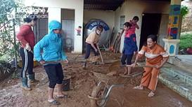 Giáo viên, phụ huynh vùng cao còng lưng đẩy bùn, dọn trường sau mưa lớn
