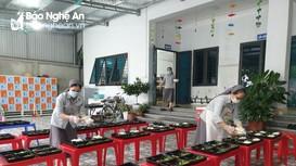 Các Sơ dòng Bác ái Thouret nấu cơm cho người dân cách ly tập trung ở Cửa Lò