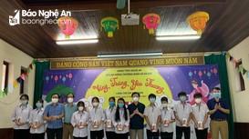 Sở Lao động Thương binh & Xã hội tặng 10 điện thoại cho học sinh Làng trẻ em SOS Vinh