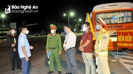 Bàn giao xe buýt làm chốt phòng chống dịch tại TP.Vinh
