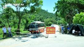 Cận cảnh chốt chống dịch bằng xe buýt, container ở TP. Vinh