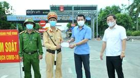 Trao quà của doanh nhân, doanh nghiệp xứ Nghệ tại TP.Hồ Chí Minh đến tâm dịch TP Vinh