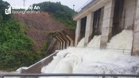 Ứng phó với mưa lớn, nhiều thủy điện ở Nghệ An đồng loạt xả lũ