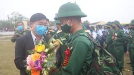 Phó Bí thư Thường trực Tỉnh ủy Nguyễn Văn Thông dự lễ giao nhận quân tại huyện Quỳnh Lưu
