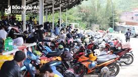Hàng trăm người từ vùng dịch phía Nam chạy xe máy về quê Nghệ An mỗi ngày