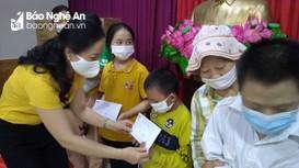 Trao quà trẻ em có hoàn cảnh khó khăn đặc biệt tại huyện Nam Đàn
