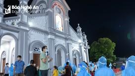 Linh mục quản xứ cùng Sơ dòng Mến Thánh giá tham gia lấy mẫu xét nghiệm tại thị xã Cửa Lò