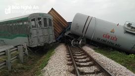 Tai nạn đường sắt làm lật 4 toa tàu, gây ách tắc giao thông đường bộ ở Nghệ An