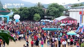 Người dân chen chân ở hội chợ Xuân của trẻ để mua đặc sản vùng cao