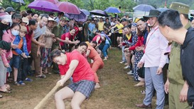 Người dân xã vùng biên Nghệ An đội mưa cổ vũ thi đấu kéo co