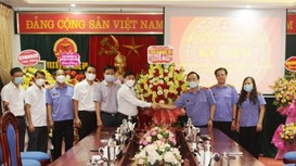 Đồng chí Nguyễn Văn Thông chúc mừng ngành Kiểm sát nhân dân tỉnh nhân kỷ niệm 61 năm thành lập