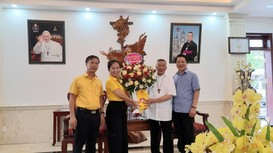 Chủ tịch Ủy ban MTTQ tỉnh chúc mừng Giám mục Giáo phận Vinh Anphong Nguyễn Hữu Long