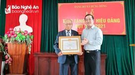 Trao Huy hiệu 75 tuổi Đảng cho đảng viên lão thành