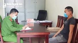 Hai thanh niên không đeo khẩu trang, vô tư đi dạo ở vùng dịch Quỳnh Lập