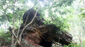 Kỳ thú hòn đá Ông Đùng với dấu chân khổng lồ ở Nghệ An