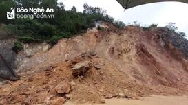 Sau đêm mưa, núi Nguộc tiếp tục bị sạt lở mạnh