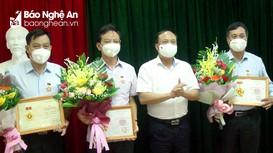 Tặng Kỷ niệm chương 'Vì sự nghiệp công tác tổ chức xây dựng Đảng' và 'Công tác Dân vận'