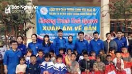 Bệnh viện Chấn thương chỉnh hình tặng quà Tết cho hộ nghèo ở Kỳ Sơn