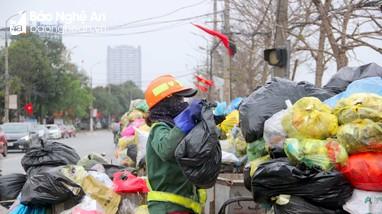 Công nhân môi trường xuyên Tết 'chiến đấu' với lượng rác thải khổng lồ