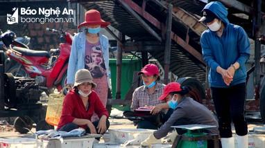 Nghệ An: Nhiều ngư dân, tiểu thương ở cảng cá thờ ơ với khẩu trang
