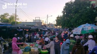 Bất chấp dịch bệnh, người dân thành phố Vinh đổ xô đi mua hàng dự trữ