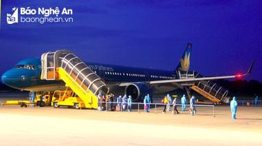 Chuyến bay đầu tiên chở công dân Nghệ An từ TP. Hồ Chí Minh về đến sân bay Vinh