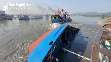 Trục vớt, cứu tàu dầu bị lật úp trên biển Nghệ An