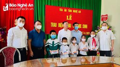 Tòa án nhân dân tỉnh hỗ trợ điện thoại cho học sinh khó khăn tại huyện Anh Sơn