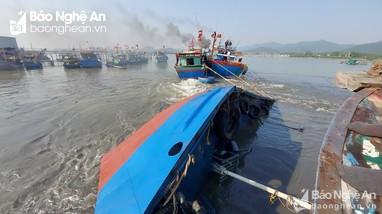 Tàu vỏ sắt chở hơn 5.000 lít dầu bị lật úp trên vùng biển Nghệ An