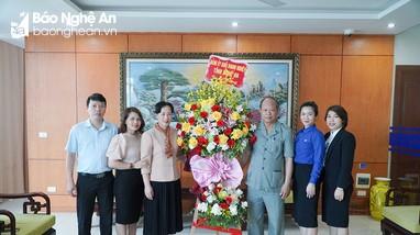 Đảng ủy Khối Doanh nghiệp thăm, chúc mừng các đơn vị y tế