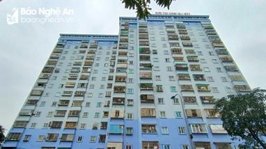 Hàng trăm 'chuồng cọp' lơ lửng trên các chung cư ở thành phố Vinh