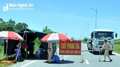 Căng mình chống dịch dưới cái nắng hơn 40 độ ở thành Vinh