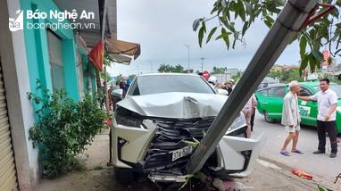 Nghệ An: Va chạm với Lexus, 2 tài xế xe máy bị kéo lê gần 100m