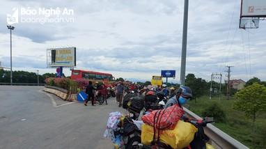 Nghệ An bố trí xe trung chuyển lao động hồi hương bằng xe máy