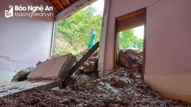 Nghệ An: Lở núi làm sập nhà dân, uy hiếp tỉnh lộ