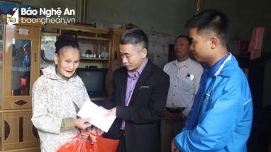 Tòa án nhân dân tỉnh tặng quà Tết người nghèo tại Anh Sơn