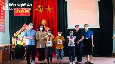 Trường Chính trị Nghệ An trao quà 'Sóng và máy tính cho em' tại huyện Nghĩa Đàn