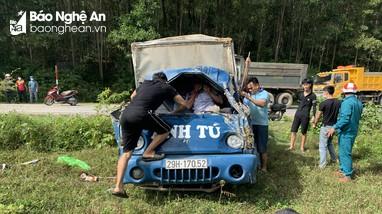 Va chạm với xe máy, ô tô lao xuống ruộng, tài xế mắc kẹt trong ca bin
