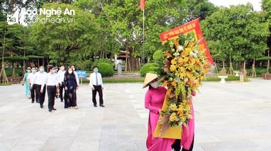 Ban Tuyên giáo Tỉnh ủy Nghệ An dâng hoa tại Khu di tích Kim Liên
