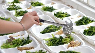 Đảm bảo bữa ăn cho công dân trong khu cách ly ở thị xã Hoàng Mai