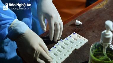 Trưa 20/6: Người còn lại trong 8 mẫu dương tính khi test nhanh ở thành phố Vinh đã âm tính