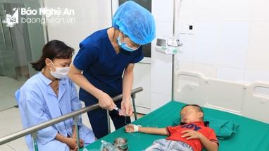 Nghệ An: Nhiều trẻ nhỏ nguy kịch phải cấp cứu do bị ong đốt