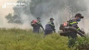 Dập tắt đám cháy rừng ở Nam Đàn