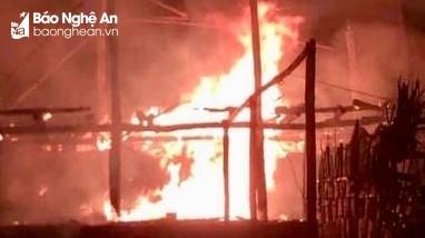 Châm lửa thiêu rụi nhà bố mẹ vì không xin được tiền